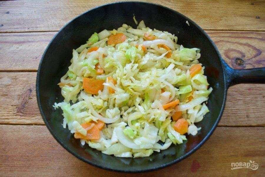 В сковороду к овощам поместите нарезанную капусту. Перемешайте. Помешивая, обжарьте все в течение 5 минут.