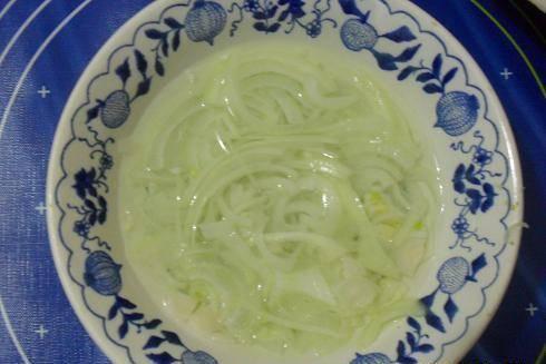 2. Замаринуйте лук и отправьте его к печени. Сверху посыпьте тертым яйцом. Не забывайте каждый слой промазывать майонезом.
