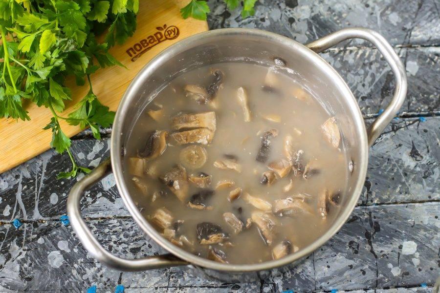 Отварите содержимое емкости примерно 7-10 минут до мягкости грибной нарезки. Как только она уменьшится в размерах и отдаст свой цвет и аромат жидкости - выключите нагрев.