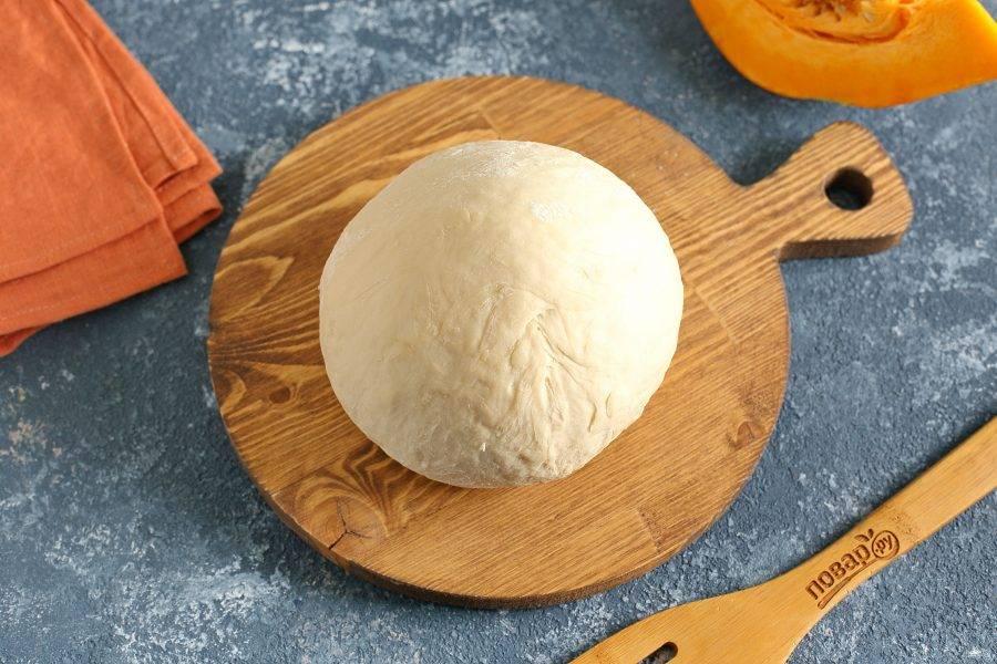 Соберите тесто в шар, накройте полотенцем и дайте полежать 20 минут.