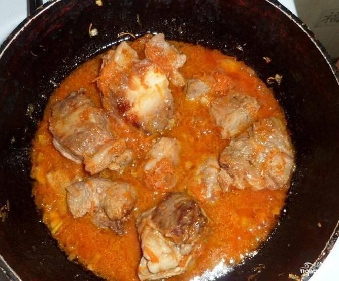 3.Томатную пасту разводим в небольшом количестве воды, затем добавляем на сковороду, убавляем огонь и жарим 10-15 минут.