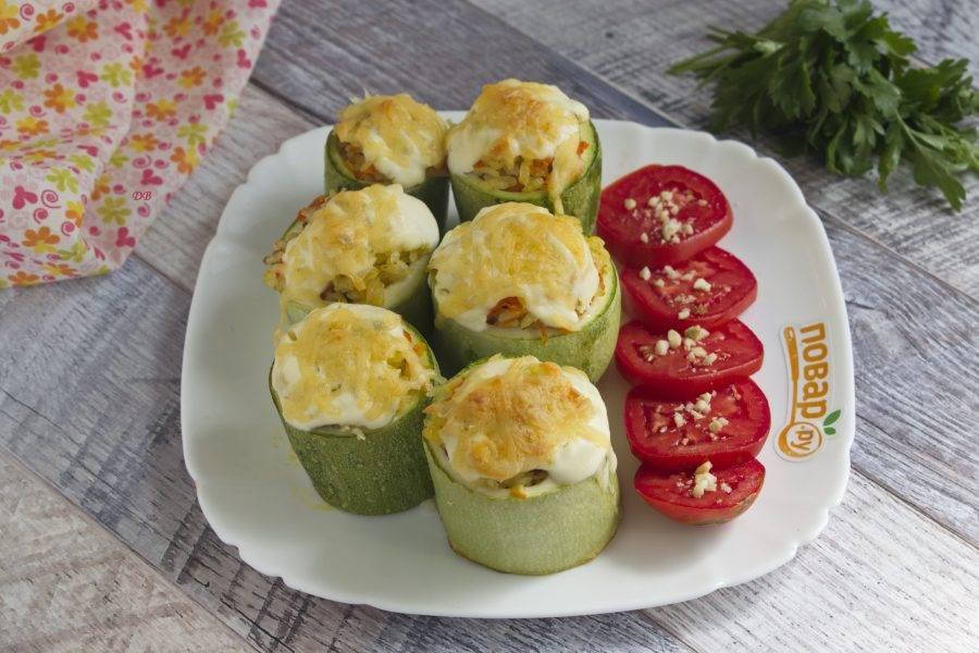 Подавайте пряные кабачки со свежими помидорами. Приятного аппетита!