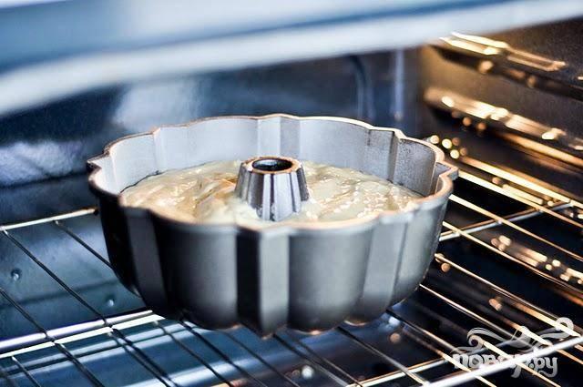 2. Вылить тесто в подготовленную форму и выпекать в течение 1 часа.