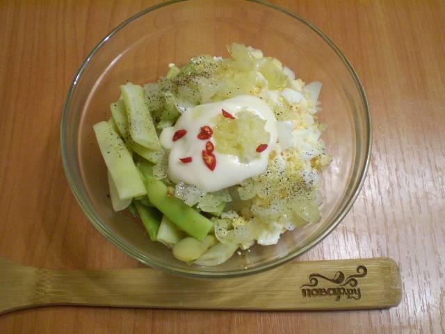 Собираем салат. Складываем все ингредиенты  в салатник. Добавляем по вкусу соль и специи, заправляем салат майонезом.