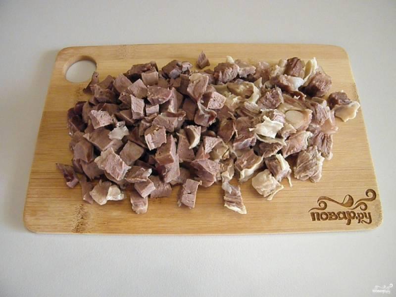Порежьте мясо кубиками среднего размера.
