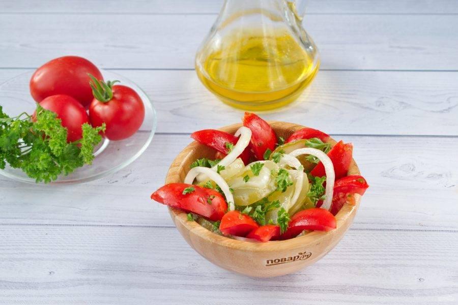 3.Выложите огурцы, украсьте кольцами лука и рубленой петрушкой, сверху — ломтики помидоров. Приятного аппетита!