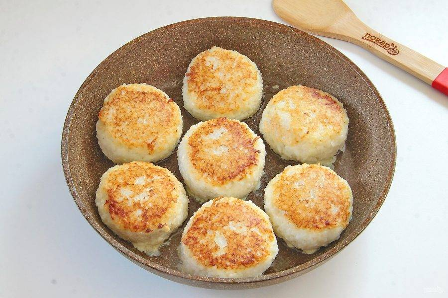 Выложите на разогретую сковороду и обжарьте их с двух сторон до готовности.