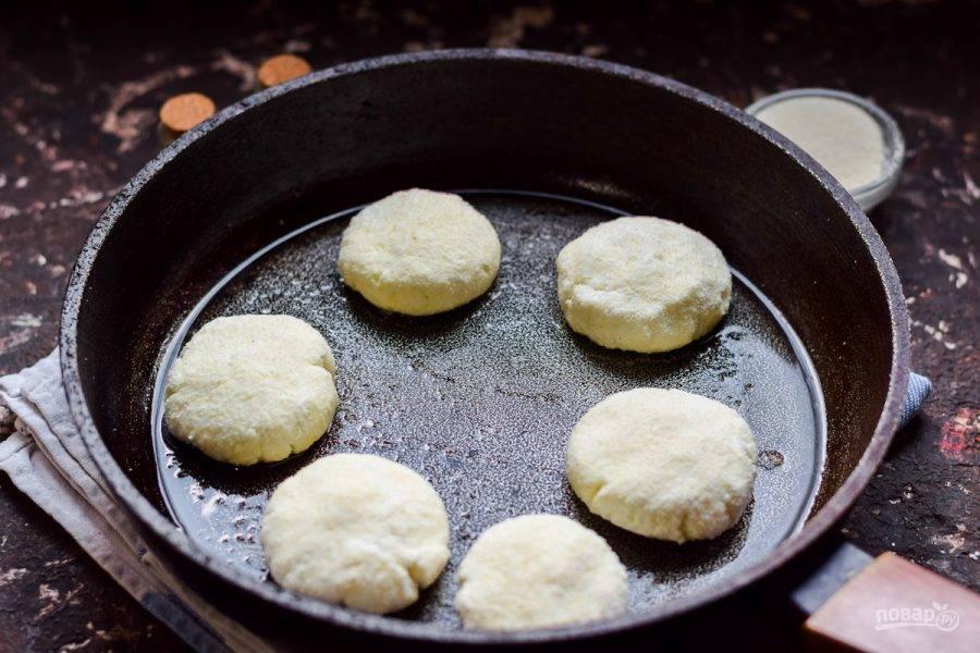 Прогрейте сковороду, слегка смажьте маслом. Выложите в сковороду сырники.