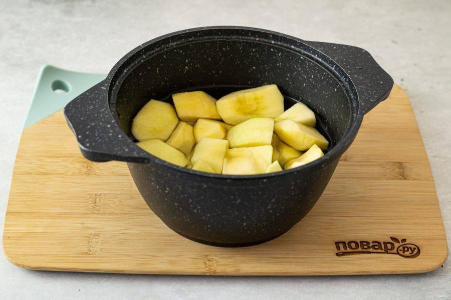 Нарежьте яблоки на ломтики среднего размера, влейте воду и доведите до кипения. Проварите 10-15 минут до мягкости яблок.