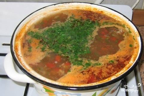Добавить к бульону рис, мясо с луком и помидорами. Варить 15 минут, добавить зелень.