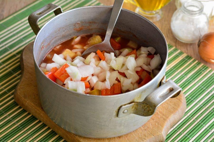 Добавьте в кастрюлю лук и перец, продолжайте тушить все вместе еще 10 минут.