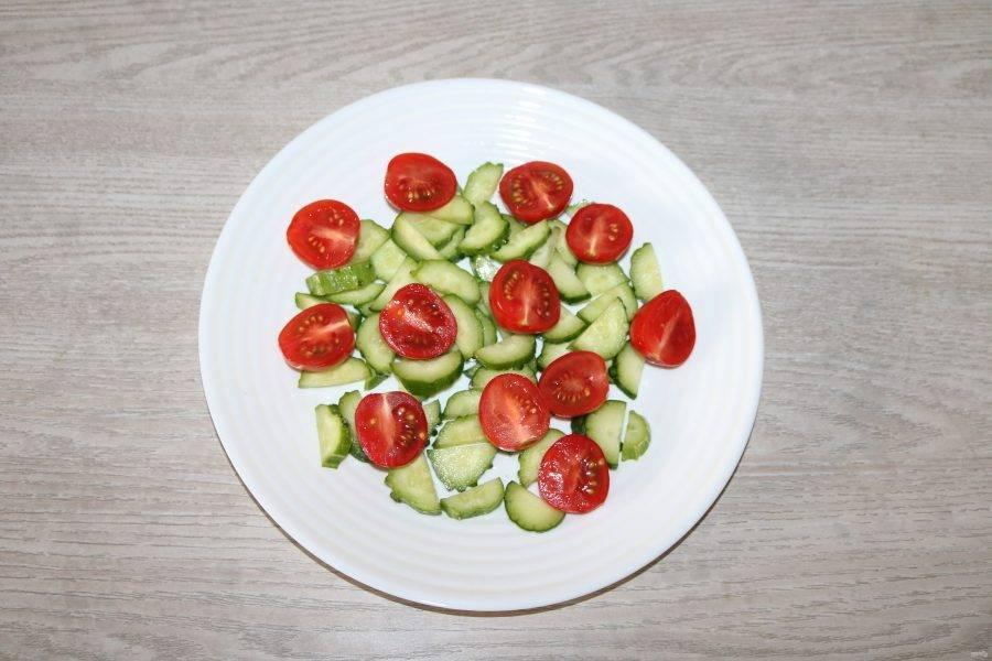 На большое блюдо выложите огурцы, на них нарезанные помидоры.