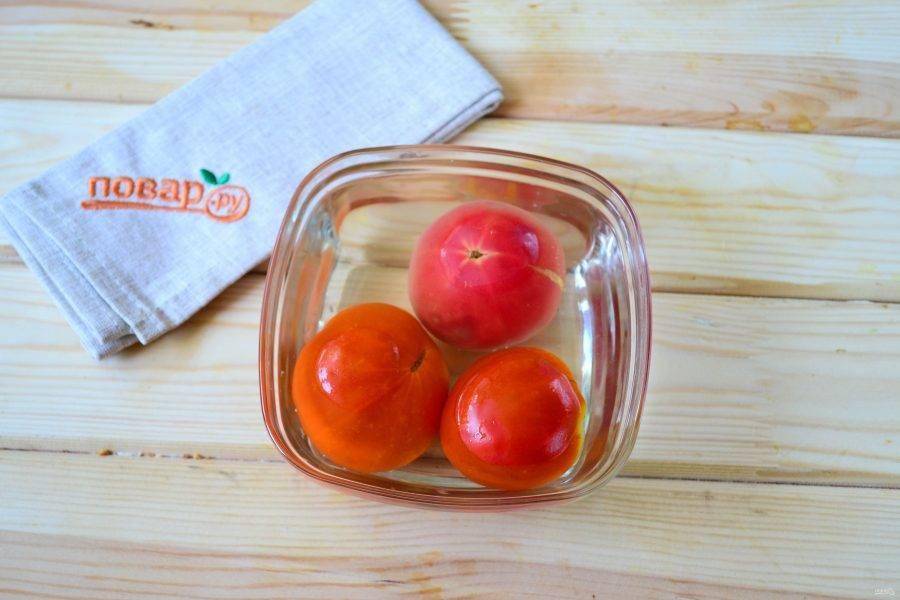 С помидоров снимите кожицу. Для этого залейте их кипятком на несколько минут. Затем сверху сделайте крестообразный надрез и снимите кожицу. После проведенной процедуры она будет очень хорошо сниматься.