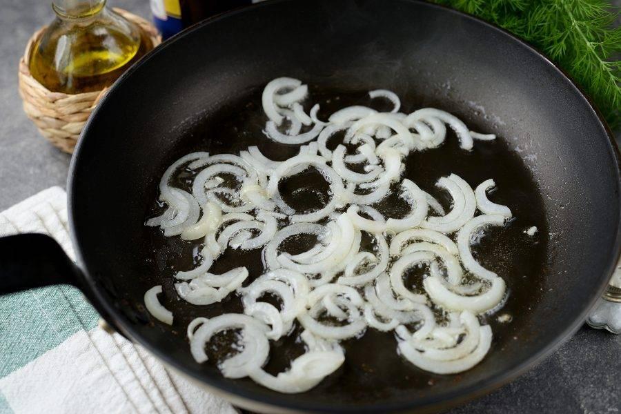 Влейте в сковороду масло, выложите в него нарезанный полукольцами репчатый лук, обжарьте минуты 2-3.