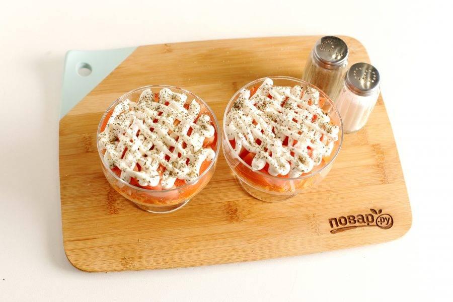 Сделайте сверху сеточку из майонеза и посыпьте салат базиликом. Салат из помидоров и моркови готов.