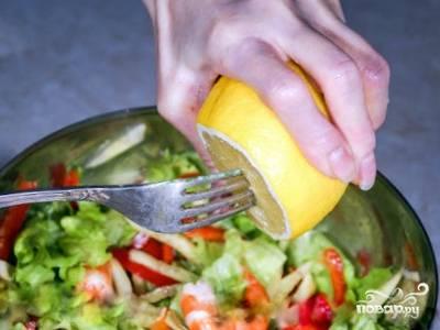 Выложите в миску измельченные огурцы, болгарский перец и листья салата, посолите по вкусу, добавьте лимонный сок и перемешайте, затем добавьте креветки, растительное масло (1-2 столовые ложки), хорошо перемешайте.