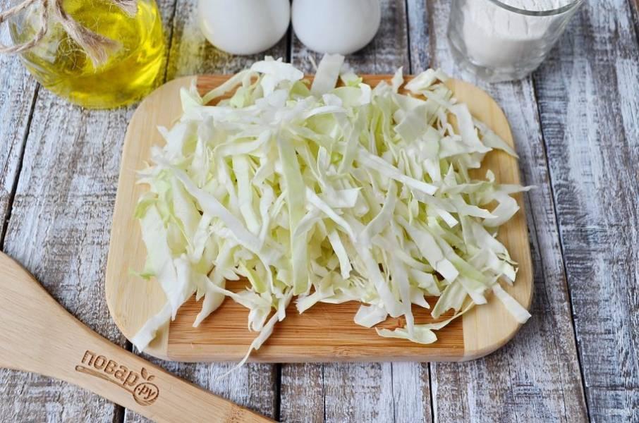 Нашинкуйте капусту, добавьте её в бульон к мясу и овощам.
