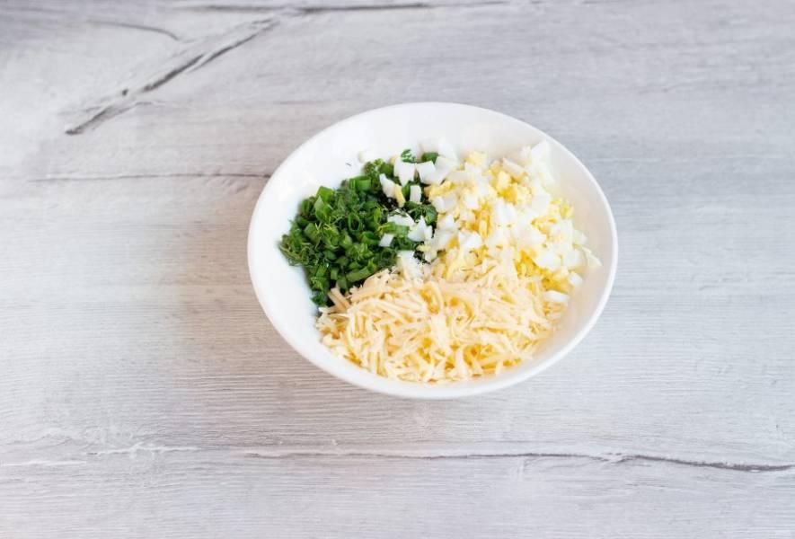 Зелень и вареные яйца мелко порубите, сыр натрите на мелкой терке.