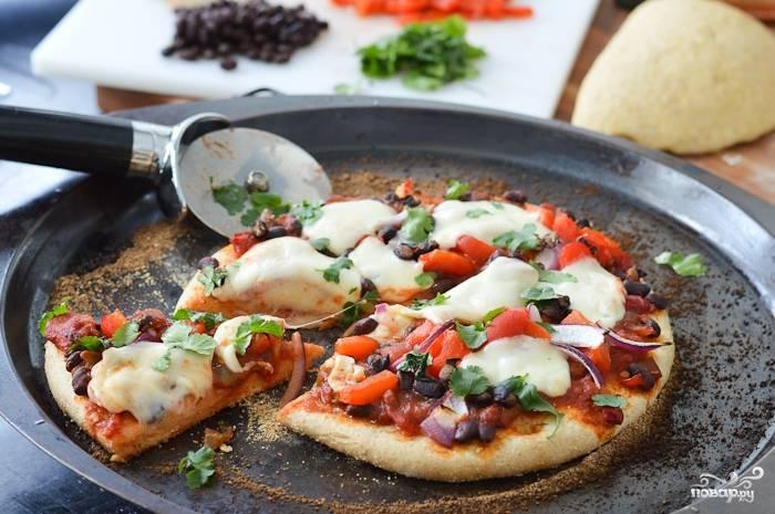 Пицца подошла и тесто поднялось - дайте пицце немного остыть и можете разрезать на порционные кусочки.