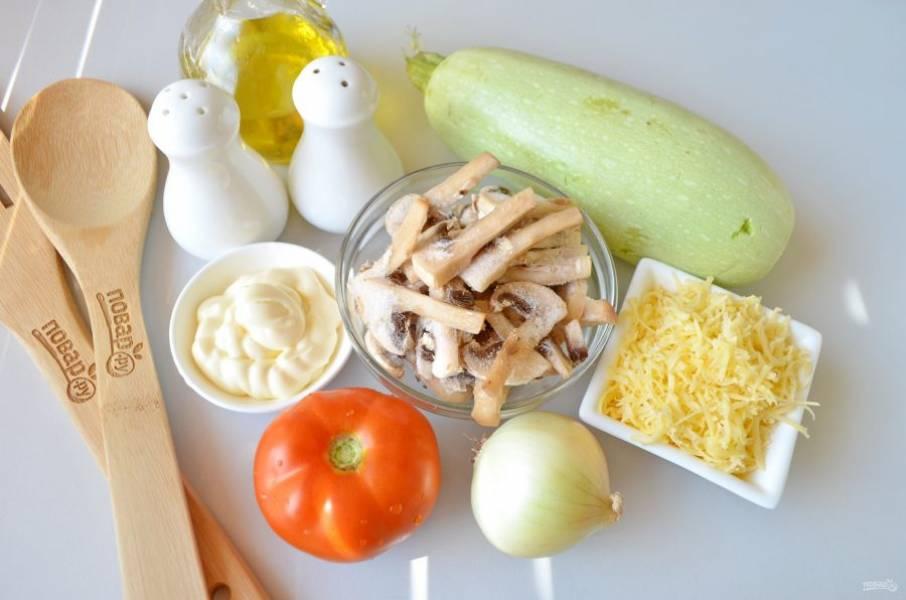 Подготовьте продукты. Если помидор крупный, то одного будет достаточно, если нет, возьмите парочку. Вымойте овощи, лук очистите.