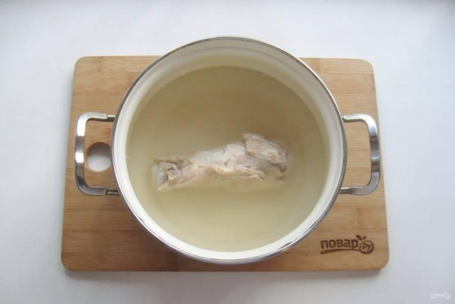 Индейку помойте и выложите в кастрюлю. Залейте свежей водой. Поставьте на плиту и доведите до кипения, снимите пену. Сделайте огонь самым минимальным и варите индейку до мягкости.