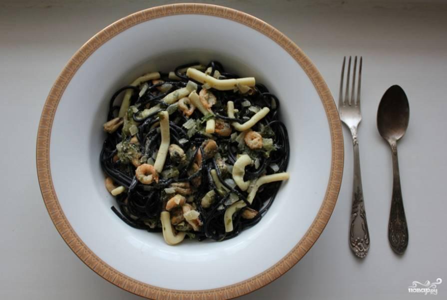 Откидываем спагетти на дуршлаг. Когда стечет вода, раскладываем по тарелкам, а сверху добавляем тушенные вине и сливках морепродукты. Приятного аппетита!