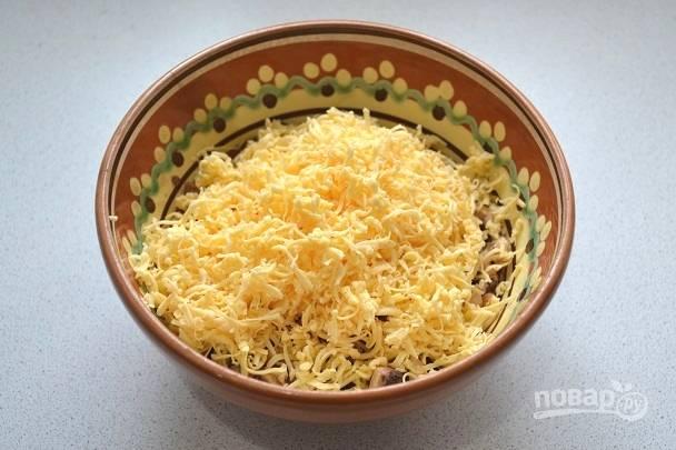 4. На средней или мелкой терке натрите твердый сыр.