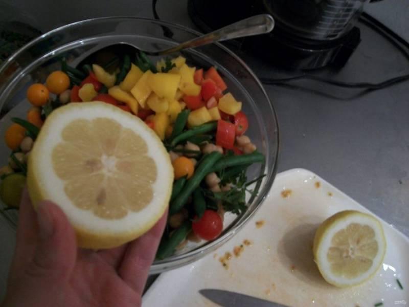В салат выжмите сок лимона. Перемешайте ингредиенты.