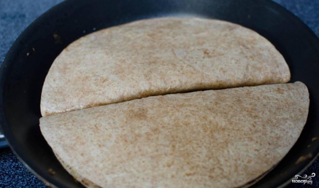 Во время обжаривания сыр должен хорошенько расплавиться и внутренности кесадилью схватиться, однако переворачивать лепешку крайне сложно из нее может все начать вываливаться.