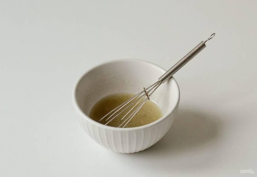 Для заправки смешайте лимонный сок и оливковое масло. Добавьте соль и перец по вкусу.