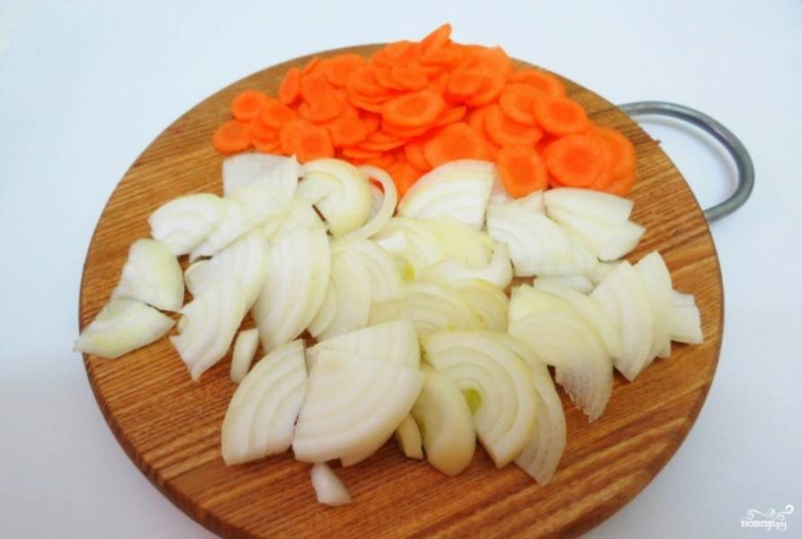 Лук и морковь почистите, помойте и нарежьте полукольцами и кружками. Пассеруйте их до полуготовности в масле.