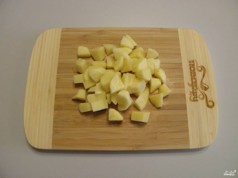 Очистите картофель, вымойте, порежьте не большими кусочками.