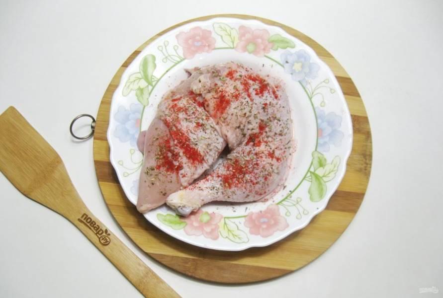 Я взяла половину большой курицы. Птицу помойте, обсушите бумажным полотенцем. Приправьте солью, красным сладким молотым перцем, черным молотым перцем, сушеным базиликом снаружи и внутри. Маринуйте курицу в специях минимум 30 минут.