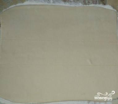 Слегка надавливая ножом, делим тесто на три части. Не разрезаем, а как бы рисуем линии.