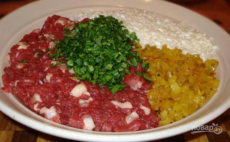 Подготовим все, что нам понадобится для начинки: жареный с чесноком лук, мясо, отварной рис и измельченную зелень.