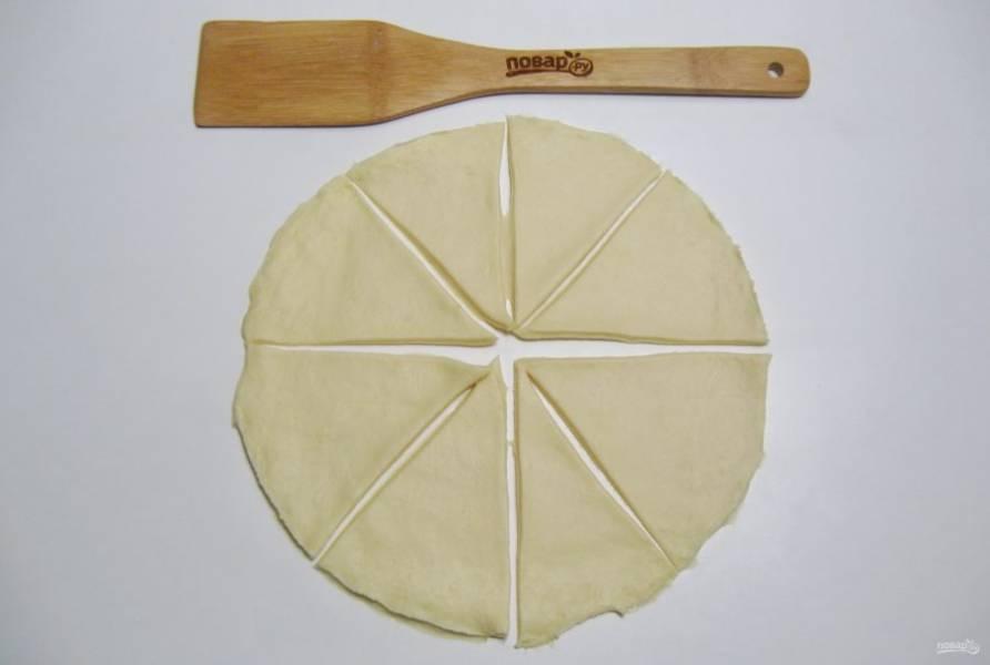 После разделите тесто на несколько равных частей. Каждую часть раскатайте в круг. Круг разделите на восемь треугольников.