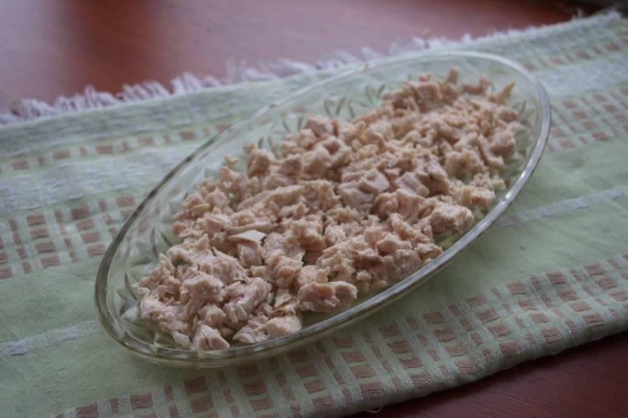 6. Куриное мясо нарезать мелко и уложить в салатник. Слой полить майонезом.