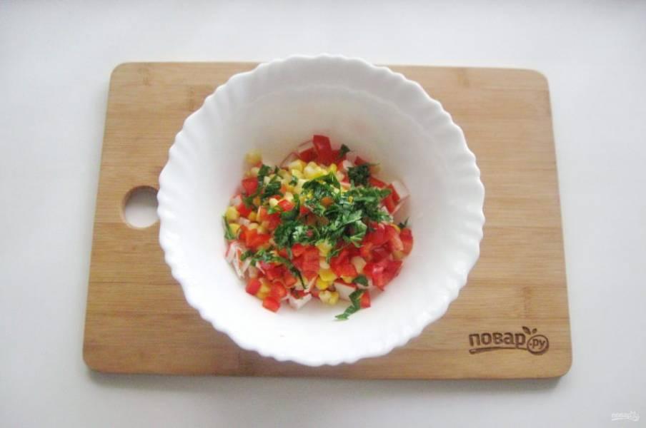 Петрушку мелко нарежьте и выложите в салат.