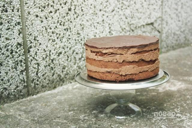 12. Вот и все, останется только перемазать коржи кремом и собрать тортик. Сверху залейте глазурью, растопив на огне шоколад со сливками.  Приятного чаепития!