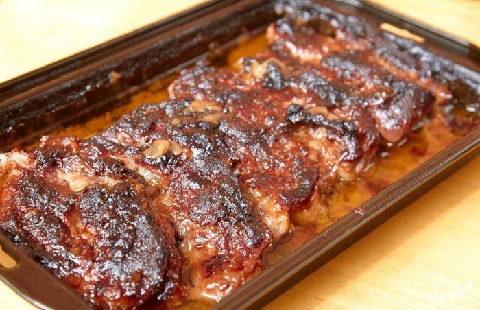 Благодаря соусу мясо приобретает темный оттенок, но оно не подгорелое, а напротив - мягкое и сочное. Подавать с любимым гарниром.