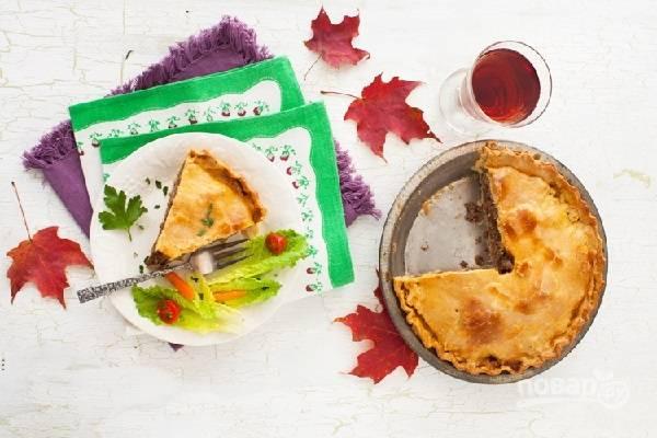 7. Запекайте минут 40-50 до румяности. Перед подачей немного остудите пирог и нарежьте его порционными кусочками.  Приятного аппетита!