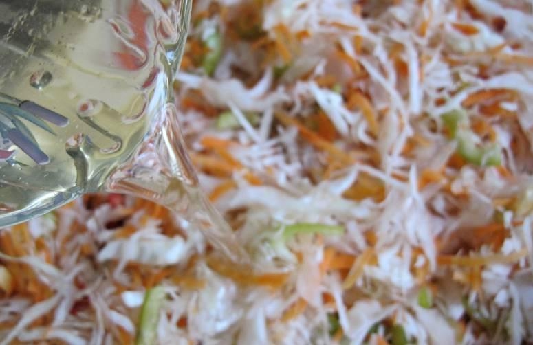 2. Для маринада кипятим воду, растворим в ней сахар и соль. Как только закипит, снимаем с огня и добавим уксус и масло. Этой смесью заливаем овощи и накрываем сверху гнетом.