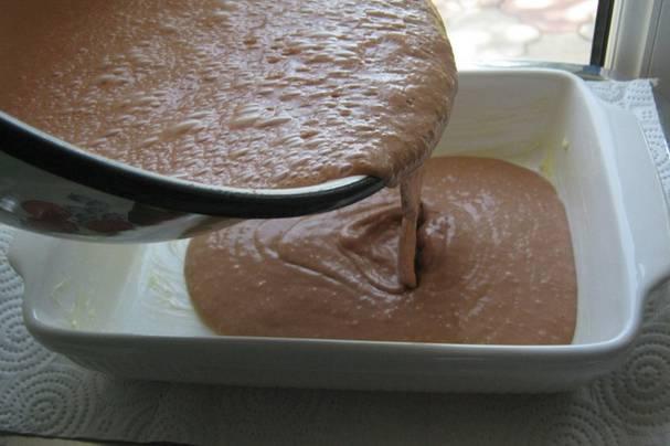Взбиваем все до однородности, добавив мускатный орех, соль и перец. Форму для запекания смазываем сливочным маслом, вливаем печеночную массу и накрываем фольгой.
