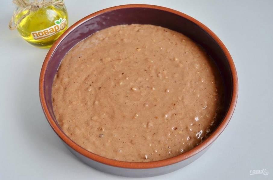 6. Форму для выпечки застелите пергаментом или смажьте растительным маслом. Перелейте тесто и отправьте коврижку в горячую духовку на 30-40 минут, температура 180 градусов.