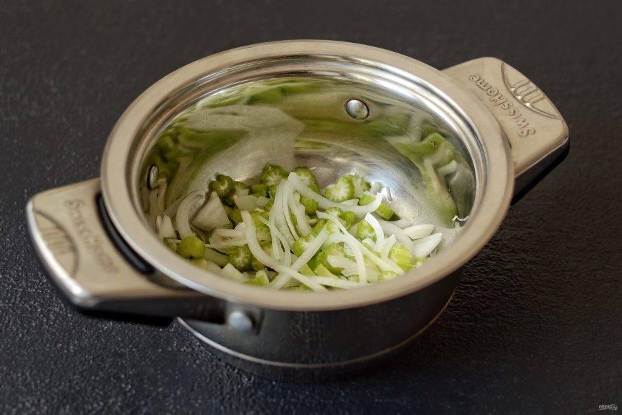 Нарежьте лук кольцами, сельдерей и чеснок мелкими ломтиками. Обжарьте в кастрюле с толстым дном до мягкости.