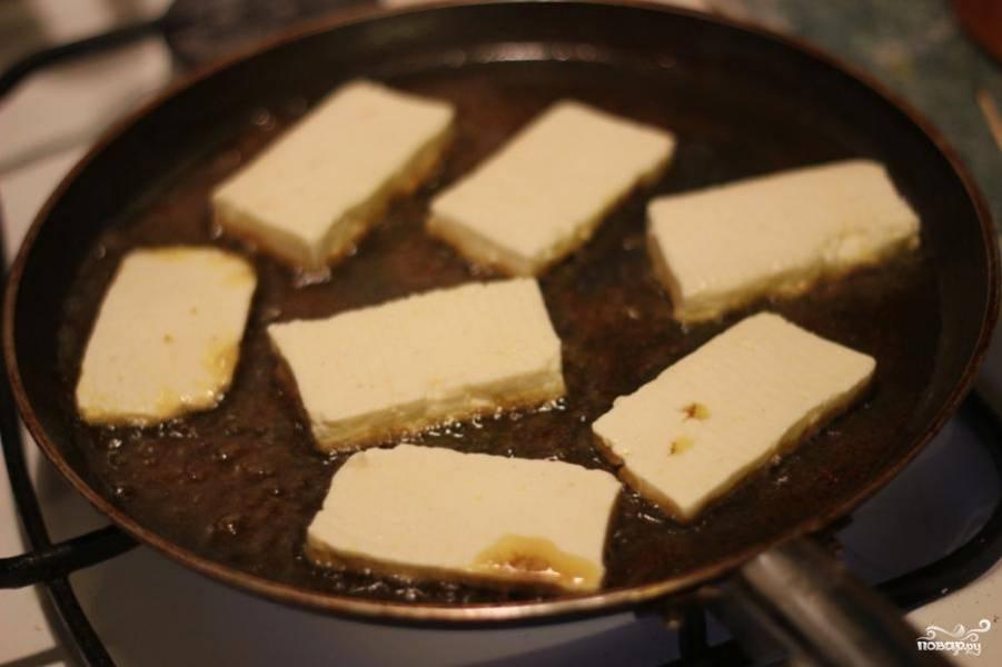 Затем на сковородку выложить нарезанный слайсами адыгейский сыр.