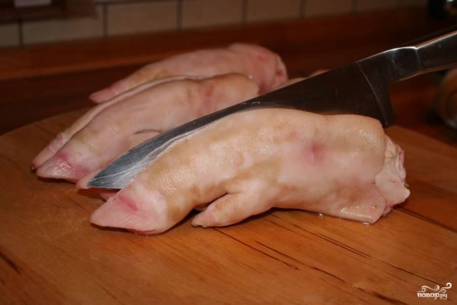 1. Копыта вымойте под проточной водой и очистите. Сделайте небольшие надрезы острым ножом.