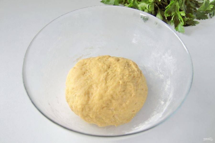5. Перемешивайте тесто сначала ложкой, затем подсыпая оставшуюся муку, продолжайте замешивать руками. Муки может уйти чуть больше или меньше, чем указано в рецепте, тесто должно быть мягким и чуть липким.