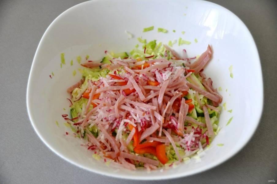 Порежьте соломкой ветчину или сырокопченую колбасу.