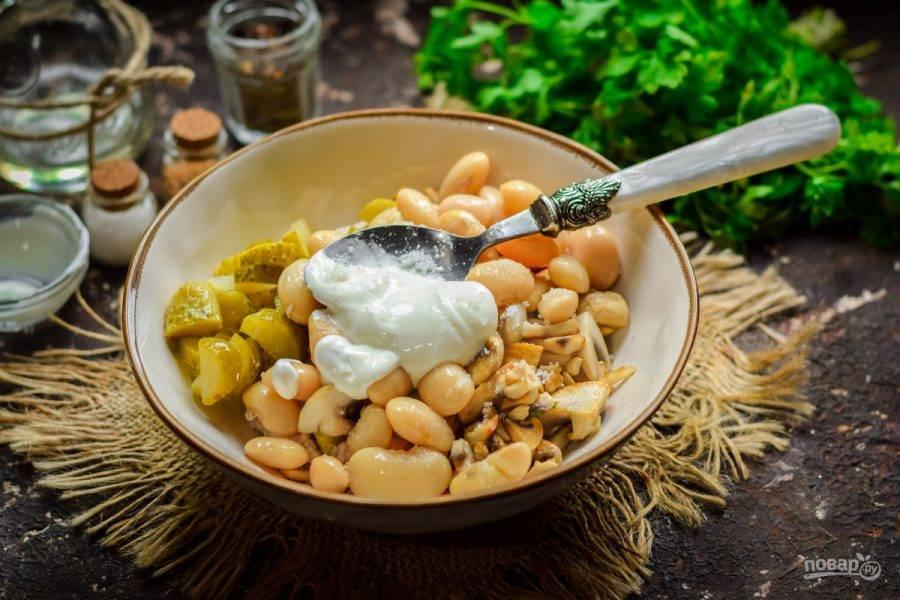 Заправьте салат майонезом, по желанию замените его сметаной. Перемешайте все и подавайте салат к столу.
